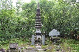 折立登山口入って直ぐにある十三重の塔。私が生まれる何十年も前に起きた遭難事故の慰霊碑